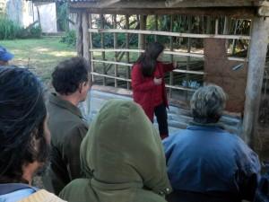 A arquiteta Soraya Nór compartilhando conhecimentos sobre a técnica construtiva com barro bambu-a-pique.