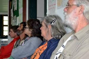 Jorge, Suzana, Anastácia, Lúcio e Reinaldo conferindo o diagnóstico rural participativo.