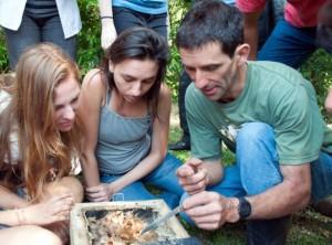 Jorginho, Morgana e Isadora aprendendo sobre abelhas sem ferrão.
