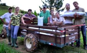Leão, Andreia, Marcelo, Celso, Aline, Arthur Arno após concluído o enchimento dos sacos de produção de morangos com a solução local.