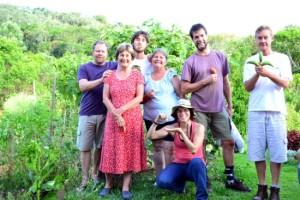 Arthur, Vera, Jefferson, Guisela, Aline, Marcelo e Arno na zona 1 de uma das participantes do projeto SPAço em São Pedro de Alcântara.