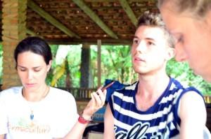 A geógrafa Leticia entrevistando o agricultor Reinaldo em Rio Fortuna.